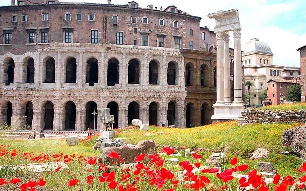 Roma con vista del Colosseo. Immagini primaverili.